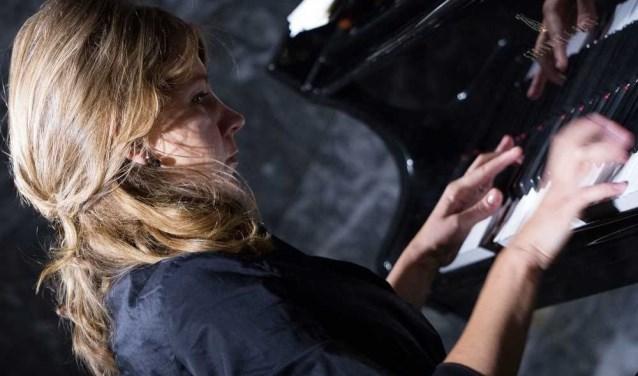 Sophia Vasheruk op piano.