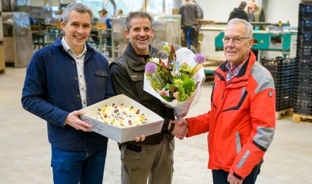 Tinus Teeuwen neemt bloemen en taart in ontvangst in de schuur van Teeuwen & Zonen.