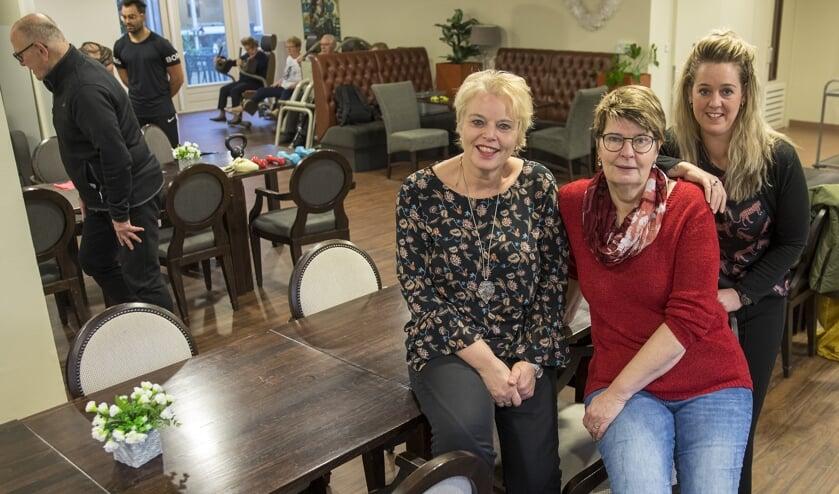 Karin Huisman, Jolanda Mol en Dionne Dekker (v.l.n.r.) in restaurant de Oude Dame in De Wilgenhof. Op de achtergrond is de fitnessochtend in volle gang.