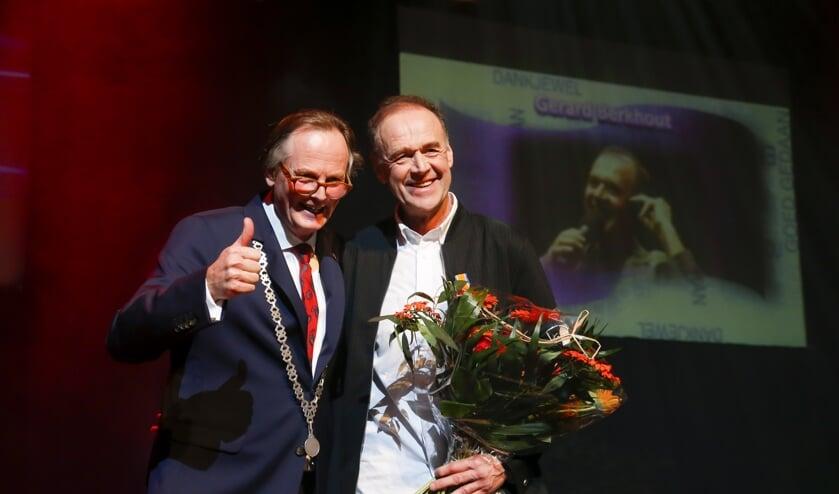 Burgemeester Streng overhandigde Gerard Berkhout de Koninklijke onderscheiding.