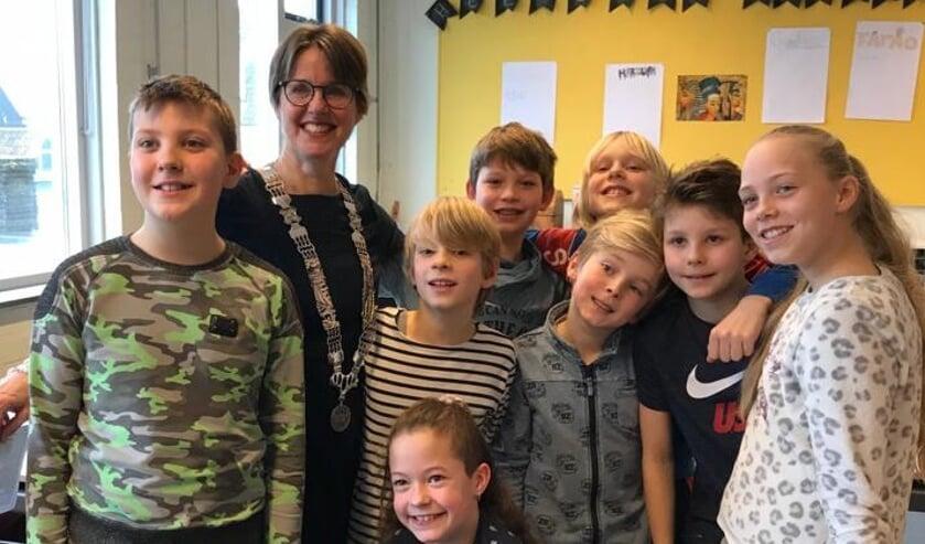 Leerlingen van basisschool De Binnendijk in Monnickendam met locoburgemeester Astrid van de Weijenberg.