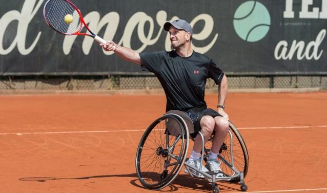 Melvin Smid in actie op de tennisbaan.