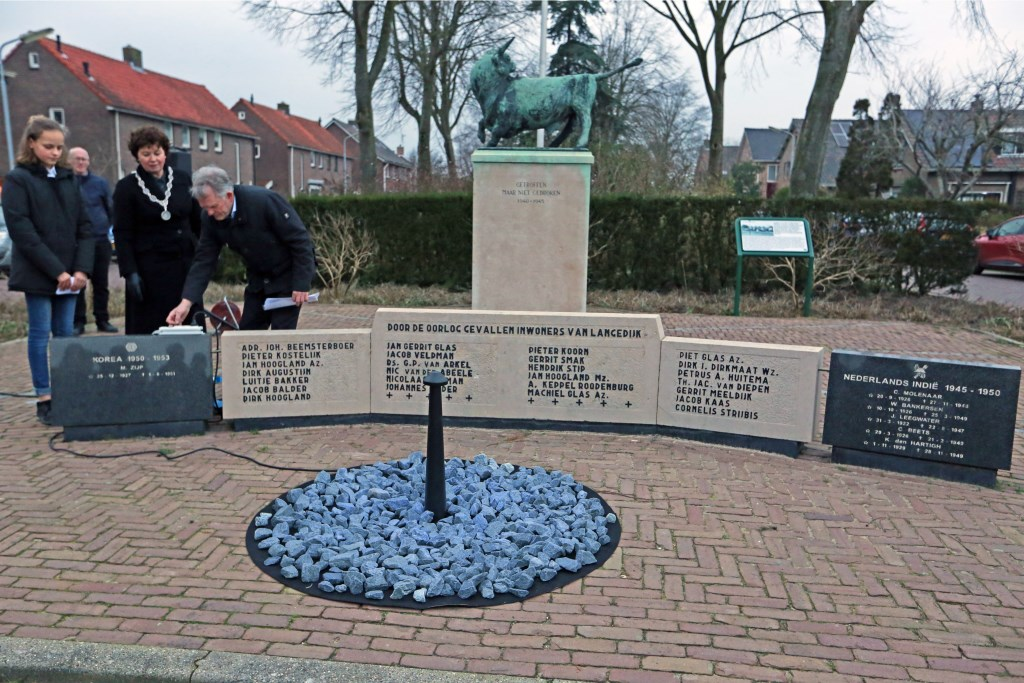 Het monument wordt officieel ontstoken. (Foto: Theo Annes) © rodi