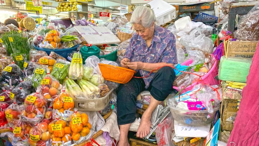 Op de kleurrijke en overdekte Warorot Market in Chiang Mai is van alles te koop. (Foto: Eric Korver) © rodi