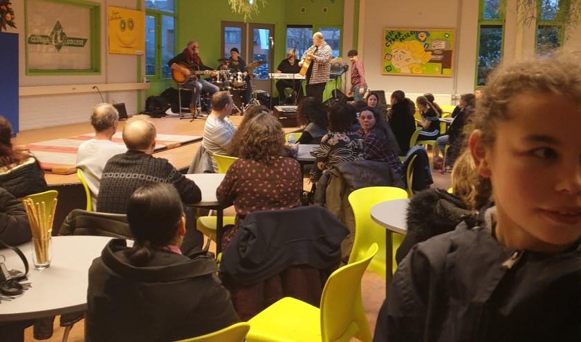 Genieten van een gezonde nieuwjaarsborrel voor ouders en leerlingen op het Clusius College in Amsterdam-Noord