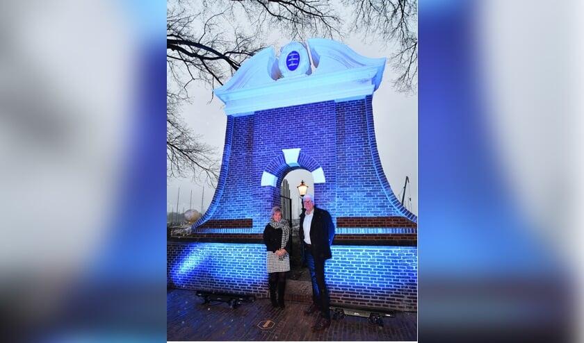 Verantwoordelijk hoogheemraad Klazien Hartog en trotse wethouder Dorus Luyckx in het stralende Staverse Poortje.