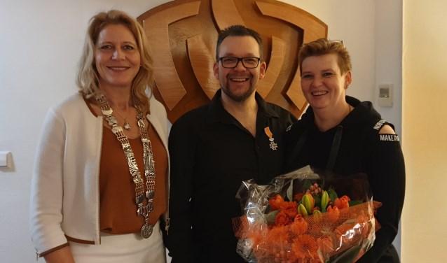 Brandweerman Koerse krijgt Koninklijke onderscheiding uit handen van burgemeester Kroon.