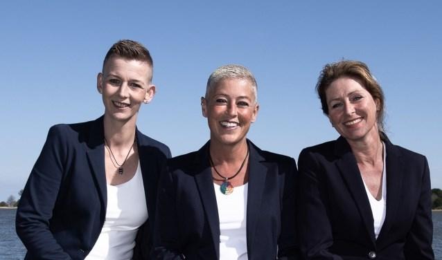 Monique (links) begeleidt families met net zoveel liefde als Katia (midden) en Petra.