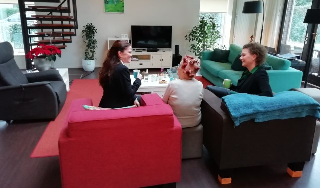 Petra Oxfoort (l) en Wilma Bus (r ) samen met een gast in het Respijthuis Alkmaar.