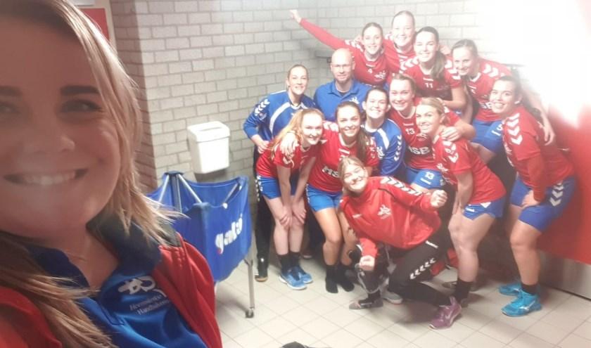 De overwinningselfie van de handbalvrouwen van DSS.