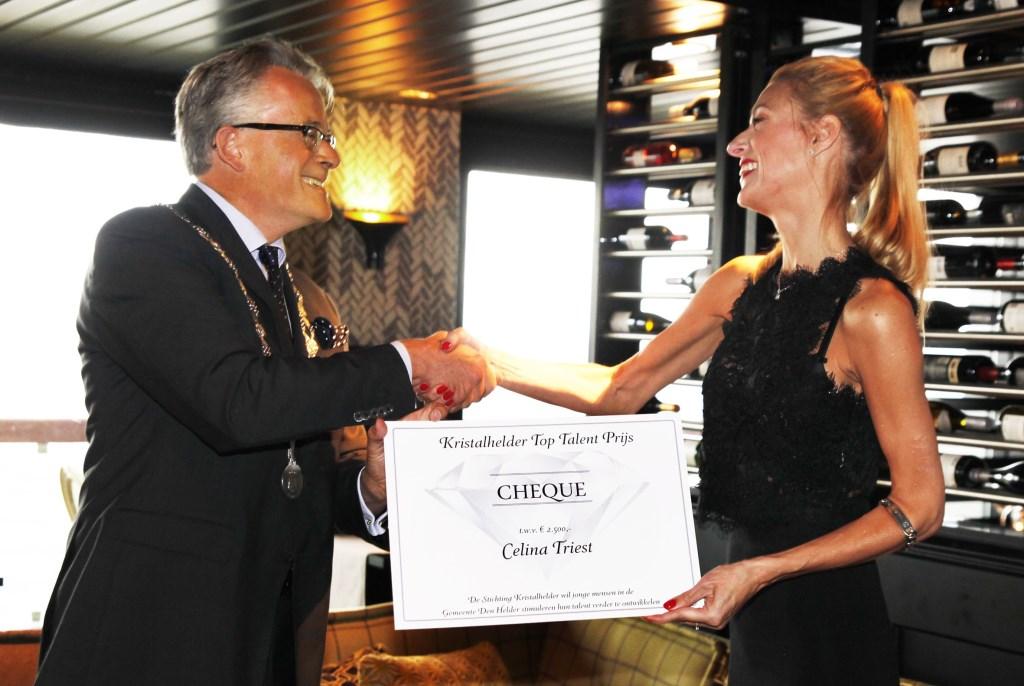 Celina Triest is hét toptalent uit de afgelopen 25 jaar. Ze wordt gefeliciteer door de voormalige burgemeester Schuiling.
