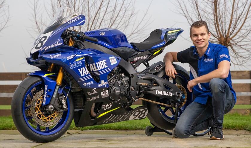 Nick Vlaar poseert naast zijn motor.