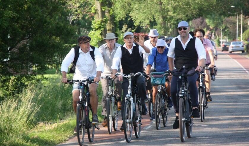 Met zijn allen gezellig op de fiets.