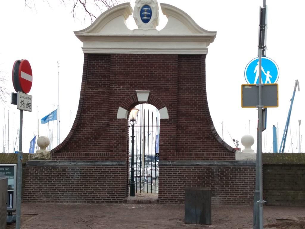 Het zo karakteristieke Staverse Poortje staat er weer strak bij. (Foto: Rodi Media) © rodi