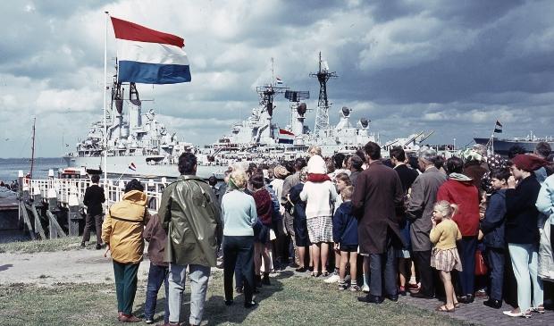 """<p pstyle=""""PLAT"""">Vlootdagen 1966, in de rij voor een vaartochtje met de sleepboot.</p>"""