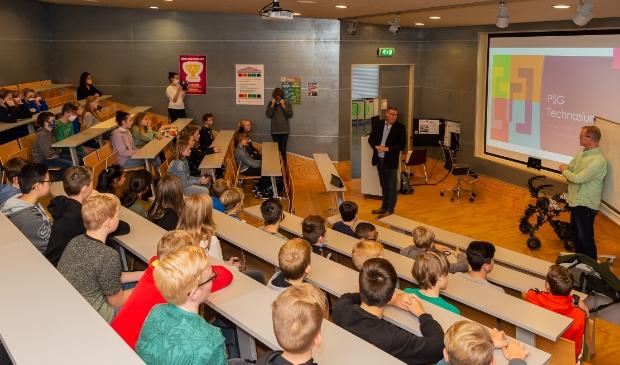 <p>Uitleg aan de leerlingen in het auditorium van het Jan van Egmond Lyceum.</p>