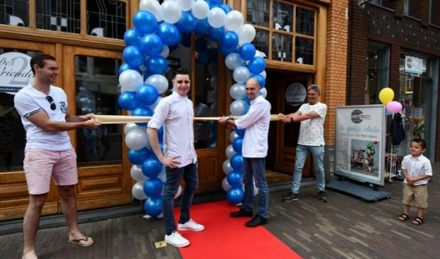 <p>De deuren mochten op 1 juni na maanden lockdown eindelijk open van het restaurant van Alex Karten (knipt lint door) en Nick Hijnen (links op rode loper) maar moeten nu weer dicht.</p>