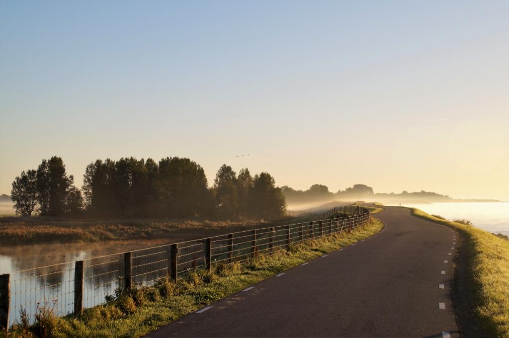 <p>Westfriese Omringdijk in de buurt van Wijdenes.</p> <p>Foto: Jan Klaver</p> © rodi