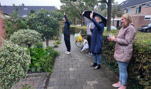 Wethouder Elly Beens, met paraplu, opende de route met zwaaitegels.