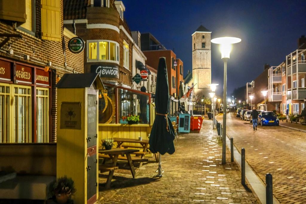 <p>In Wijk aan Zee leek de Zwaanstraat zaterdagavond op een maandagavond, niets te beleven.&nbsp;</p> ((Foto: Bert Westendorp)) © rodi