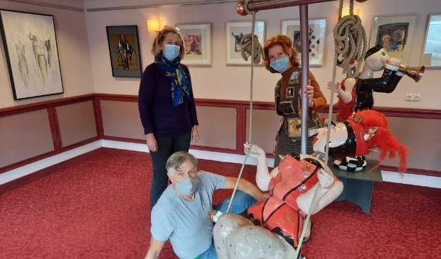 <p>Henriette Doeve-Mensink, Jurgen Fontein en Gonny van den Oudenallen (van linkse naar rechts) zorgen voor veilig bezoek aan een bonte toptentoonstelling</p>