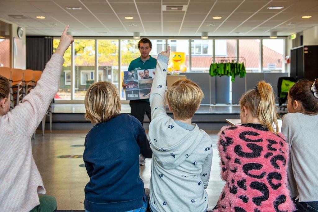 Leerlingen van de basisscholen zijn hard bezig om een pumptrack in Badhoevedorp te realiseren. (Foto: ) © rodi