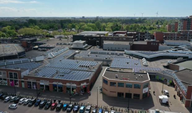 Het dak van winkelcentrum Middenwaard is bedekt met zonnepanelen