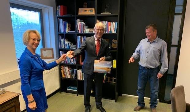 <p>Ineke Meijer, burgemeester Nobel en fotograaf Ed van Pelt.</p>