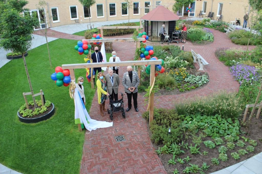 <p>De heer Sneep en Iris van Bennekom openen de symbolische doorgang.</p> <p>(Foto: aangeleverd)</p> © rodi