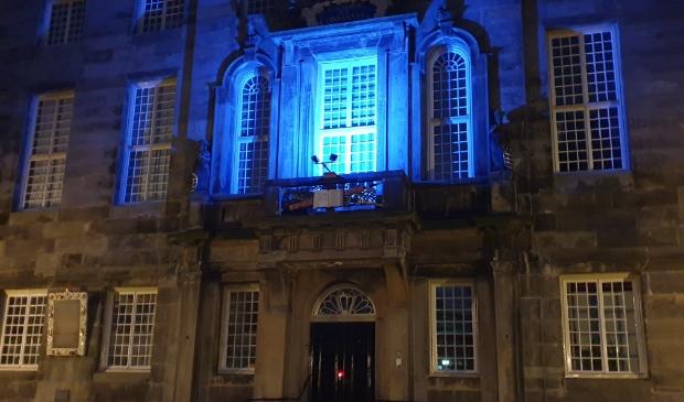 <p>Het balkon van het stadhuis blauw uitgelicht.</p>