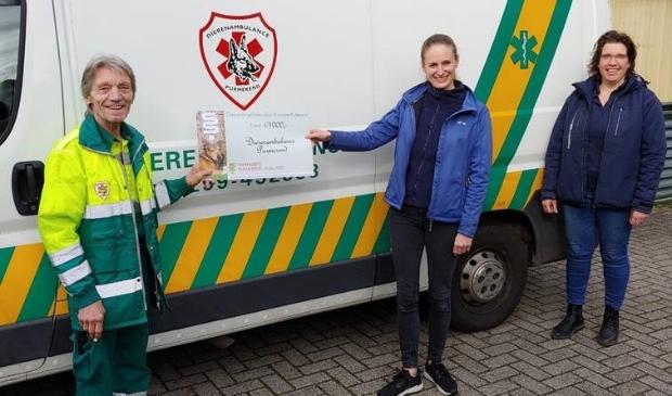 <p>Pim Langereis van de Dierenambulance neemt de cheque in ontvangst van Tessa en Esther van Dierenarts Purmerend. (Foto: aangeleverd )</p> © rodi