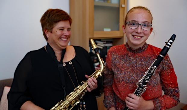 <p>Maureen en Janine spelen samen bij de harmonie Sint-Caecilia in Lutjebroek.</p>