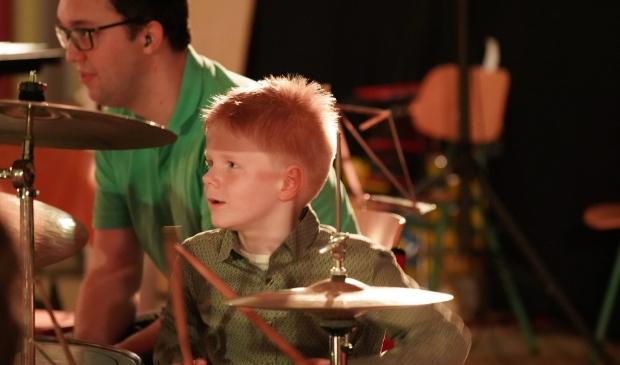 <p>Jongetje leert spelen op een drumstel bij Emergo Castricum.</p>