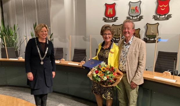 <p>Burgemeester Bonsen met mevrouw en de heer Van Leijen.</p>