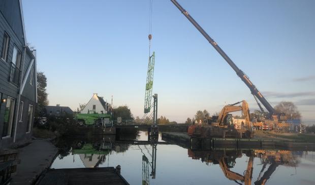 <p>Vrijdag 16 oktober werd het eerste deel van de brug ontmanteld door C&P Kraamverhuur uit De Rijp.</p>