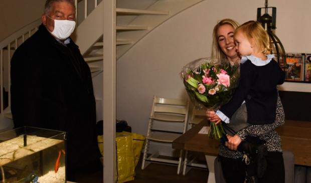 <p><em>Wethouder Jos Dings bedankt steungezin familie Van Truijen.</em></p>