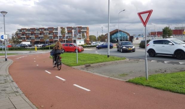 <p>Het is een drukte van belang bij de divers rotondes in Broek op Langedijk. Zowel fietsers als automobilisten komen soms ogen tekort.</p>