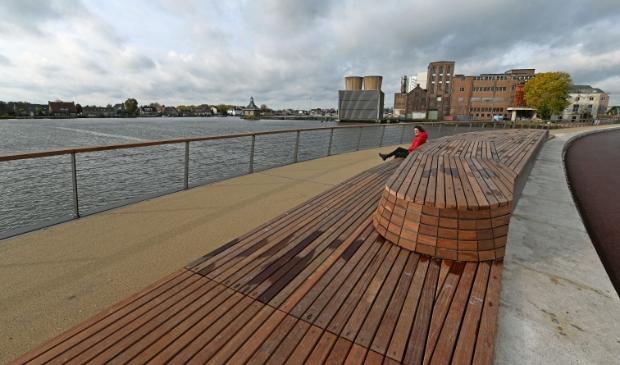 <p>De nieuwe boezembrug en de wandelpromenade met zitbank zijn een verrijking voor Halfweg en Zwanenburg.</p>