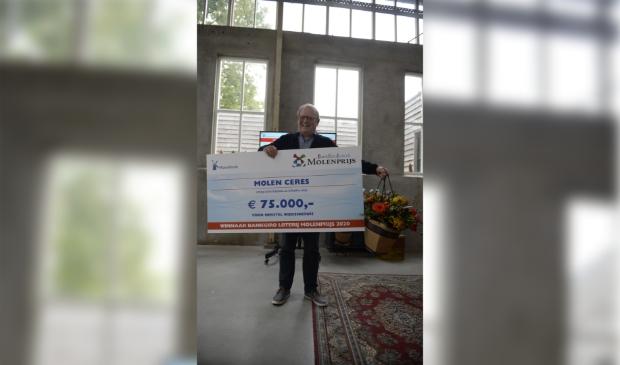 <p>Kasper Grutter van molen Ceres blij met vette cheque Molenprijs 2020.</p>