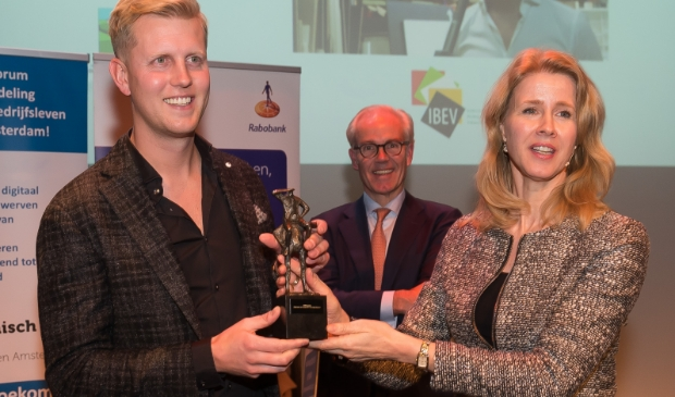 <p>Mona Keijzer, hier met Jaap Buijs van Kwakman, de winnaar van de VOWA-ondernemersprijs 2017.&nbsp;</p>