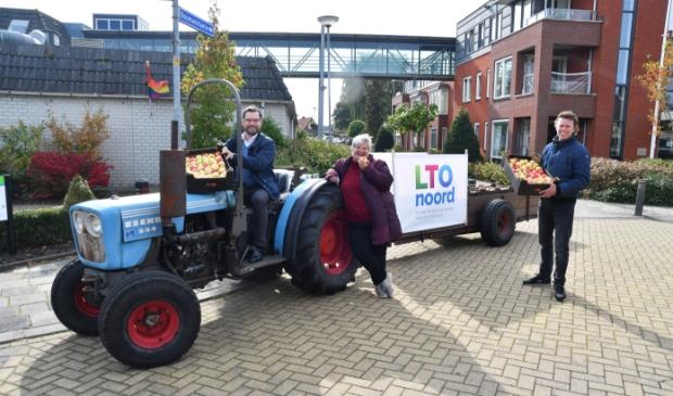 """<p pstyle=""""PLAT"""">Burgemeester Michiel Pijl deelde vanmiddag om half twee appels uit bij verzorginshuis De Bosman in Venhuizen.</p>"""