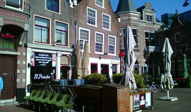 <p>Lege terrassen en lege panden sieren de stad Haarlem.</p>