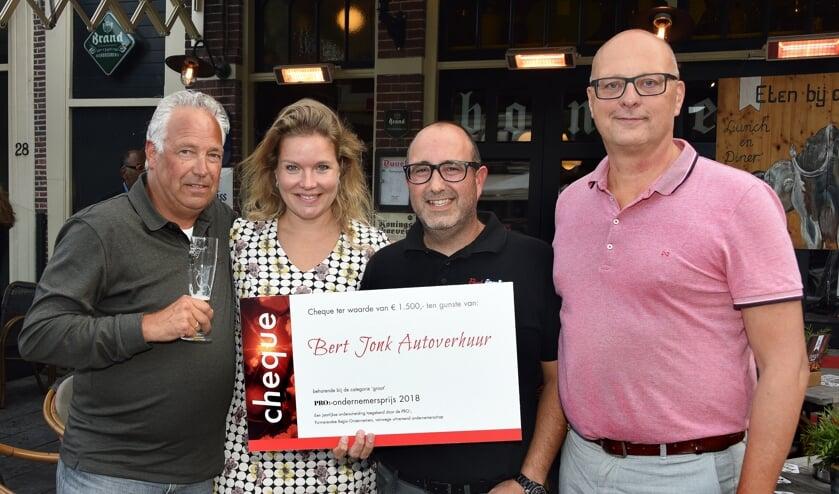 <p>Marije Sliphorst, hier met de broers Robert (links) en Jeroen Jonk (tweede van rechts) van Bert Jonk Autoverhuur, winnaars van een eerdere editie van de PRO-ondernemersprijs. Rechts Marco Dekker van de PRO.&nbsp;</p>