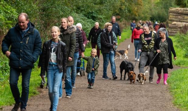 <p>Hordes wandelaars, al dan niet met hond, wisten het Purmerbos te vinden.</p>