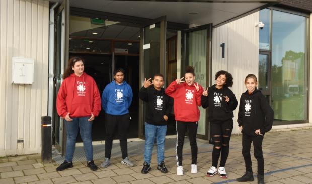 <p>Enkele leerlingen tonen de hoodie.&nbsp;</p>