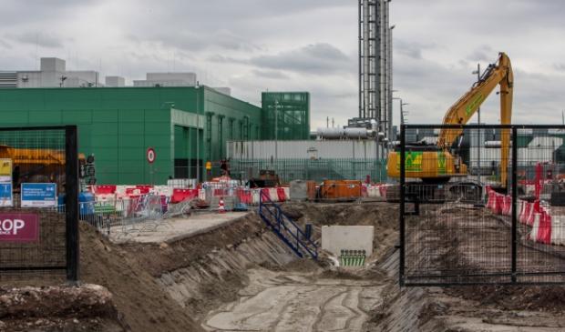 <p>De bouw van het datacenter viel bij veel bewoners van de Wieringermeer niet in goede aarde. Op de foto de bouw van het Microsoft Complex langs de A7.</p>
