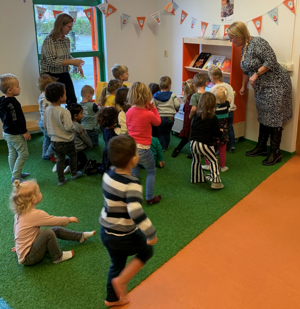 <p>Elle de Groot onthulde op feestelijke wijze de boekenkast.</p> <p>(Foto: Aangeleverd)</p> © rodi