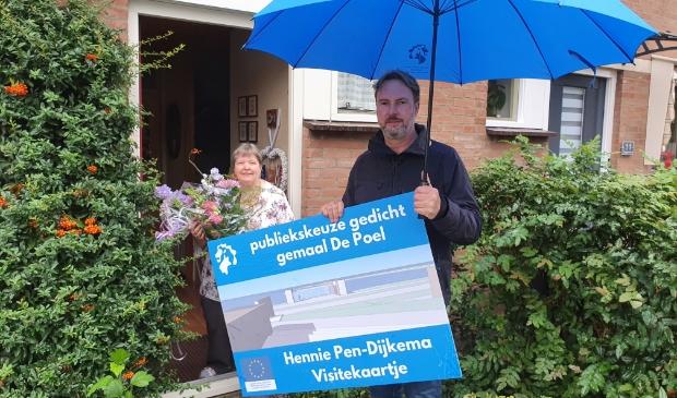 <p>De winnaar van het gedicht voor gemaal De Poel, Hennie Pen Dijkema en projectleider Ernst Moerman. </p>