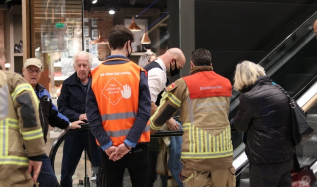 <p>De dame wordt beholpen door toegesnelde brandweermensen.&nbsp;</p>