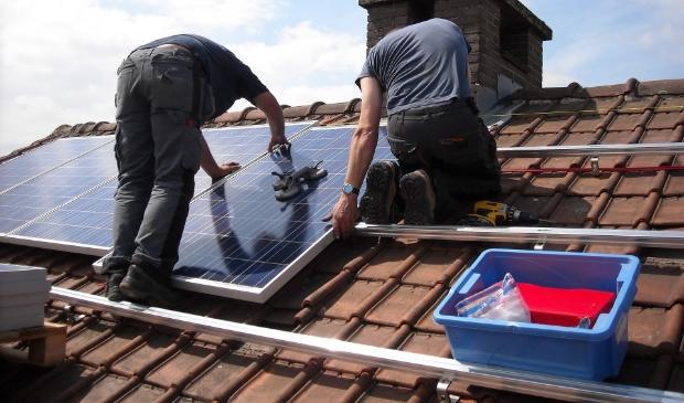 <p>Zonnepanelen kunnen grootschalig worden ingekocht om geld te besparen.&nbsp;</p>